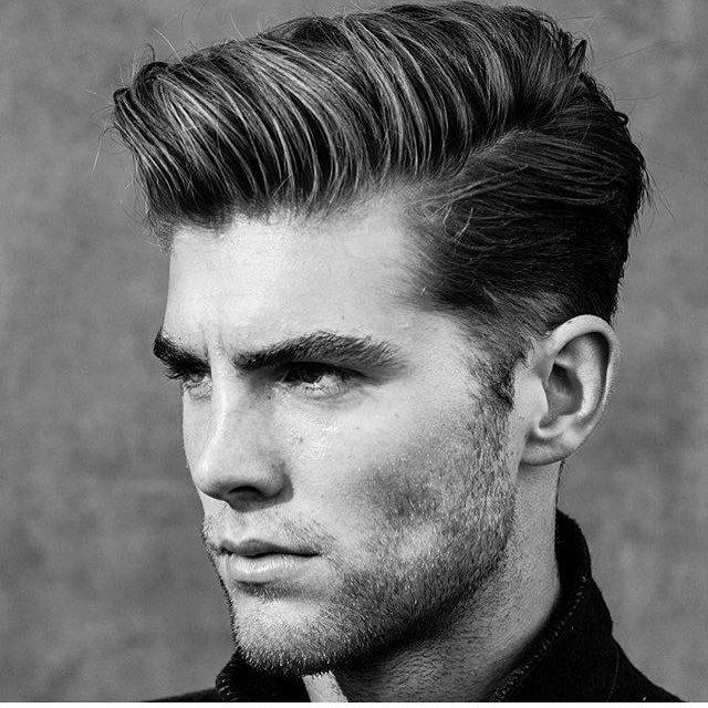 Taglio capelli con ciuffo alto uomo