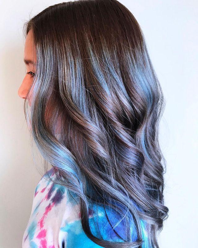 balayage colorati, capelli celesti